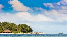 Widok tropikalna wyspa z kokosowymi palmami na piaskowatej plaży, Maldives, ocean indyjski Odbitkowa przestrzeń dla teksta Obrazy Stock