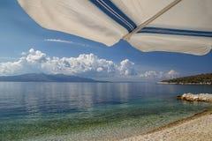 Widok turkusowy morze spod plażowego parasola Dolny widok plażowy parasol obraz stock