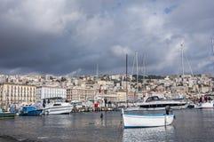 Widok turystyczny schronienie Mergellina i marina, miasto Naples, Włochy zdjęcie stock