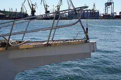 Widok tylni sekcja biały żeglowanie jacht przeciw błękitnemu morzu obrazy stock