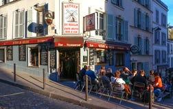 Widok typowa Paris Au cukierniana wycieczka turysyczna Du Moulin w Paryż, Montmartre teren, Francja Obraz Stock