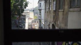 Widok ulica przez tramwajowego okno zbiory wideo