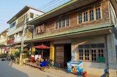 Widok ulica z tradycyjnymi budynkami mieszkalnymi w Chiang Khan, Tajlandia obraz stock