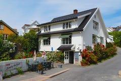 Widok ulica z tradycyjnymi norwegów domami w Drobak, Norwegia obrazy stock