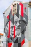 Widok uliczna sztuka, nowożytny obraz z mężczyzna twarzą i skutkami na ścianie, budynek w Coimbra, Portugalia fotografia royalty free