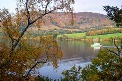 Widok Ullswater parostatek i powalać w jesieni fotografia royalty free