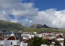 Widok unspoiled góry od dachów domy w Hiszpania Zdjęcia Stock
