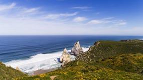 Widok Ursa plaży Praia da Ursa blisko De Roca Przylądek Cabo da Roca w Sintra, Portugalia Zdjęcia Stock
