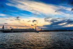 Widok Vasilievsky wyspa przy zmierzchem, Neva rzeka, piękny kolorowy miastowy krajobraz, St Petersburg Obraz Stock