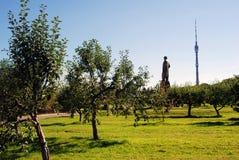 Widok VDNH park w Moskwa Zabytek Michurin, Ostankinskaya tv wierza Zdjęcie Stock