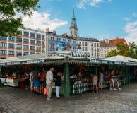 Widok Viktualienmarkt słoneczny dzień Ja jest dziennym jedzenia rynkiem i kwadratem w centrum Monachium blisko Marienplatz fotografia royalty free