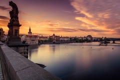 Widok Vltava Praga przy świtem i rzeka zdjęcia stock