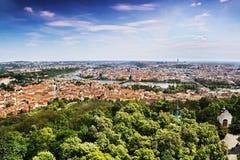 Widok Vltava rzeka i Charles most od Petrinska rozhledna górujemy w sping Praga w republika czech Zdjęcie Stock