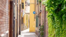 Widok wąska ulica na dobrze zielona ściana na lewicie balkon z pralnią - typowy włoski miasto zbiory wideo