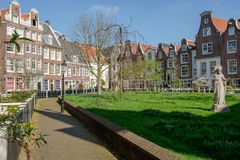 Widok w średniowiecznym wewnętrznym sądzie Begijnhof, Amsterdam, holandie zdjęcie stock