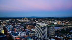 Widok W centrum Portlandzki Oregon podczas półmroku obrazy stock