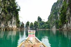 Widok w Chiew Larn jeziorze, Khao Sok park narodowy, Tajlandia Obrazy Royalty Free