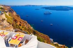 Widok w Fira na kawiarni przegapia statek wycieczkowego i kalderę przy morzem santorini greece Obrazy Royalty Free