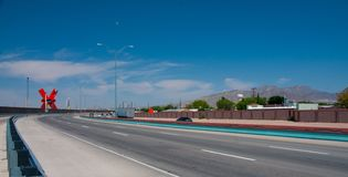 Widok w kierunku śródmieścia El Paso wzdłuż rabatowej autostrady zdjęcie stock