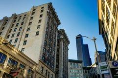 Widok w kierunku budynków z niebieskim niebem w Seattle Waszyngton Jednoczy Obrazy Royalty Free
