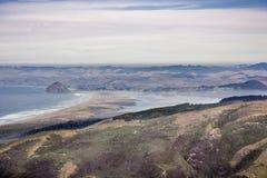 Widok w kierunku Morro skały i Morro stanu Podpalanego parka jak widzieć od Montana De Oro stanu parka; warstwa mgła zakrywa Morr obrazy royalty free