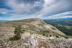 Widok w kierunku Mrgar, sheepfold w kształcie kwiat, w krasu krajobrazie nad Bask, wyspa Krk, Chorwacja zdjęcie royalty free