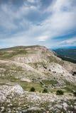 Widok w kierunku Mrgar, sheepfold w kształcie kwiat, w krasu krajobrazie nad Bask, wyspa Krk, Chorwacja zdjęcie stock