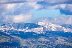 Widok w kierunku Mt Hamilton i liźnięcie Obserwatorski budynek na pogodnym zima dniu; zieleni wzgórza w przedpolu zakrywających ś zdjęcie stock