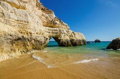 Widok wapień falezy Trzy kasztelu wyrzucać na brzeg w Portimao, Gromadzki Faro, Algarve, Południowy Portugalia fotografia stock