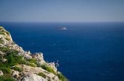 Widok wapień skała, wyspa, morza śródziemnomorskiego i Filfla, Mal fotografia stock