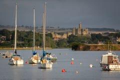 Widok Warkworth kasztel i cumujący jachty w krocza marina w ea zdjęcia stock