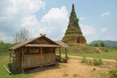 Widok Wat Phra, Laos zabawa lub zabawy antyczna stupa blisko równiny słoje w Phonsavan Zdjęcie Royalty Free
