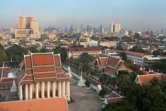 Widok Wat Thepthidaram z linia horyzontu Bangkok w tle obrazy stock