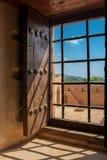 Widok wewnętrzny podwórze fort Jabrin od okno z ochronnym gretingiem fotografia royalty free