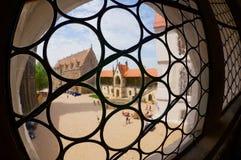 Widok wewnętrzny jard Albrechtsburg kasztel przez starego szklanego okno w Meissen, Niemcy Zdjęcia Royalty Free