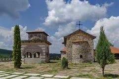 Widok wewnętrzny jard z starym średniowiecznym kościół, alkierzem i dzwonkowy wierza w wznawiającym monasterze, czarnogórzec lub  Obrazy Royalty Free
