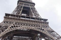 Widok wieża eifla spod spodu Zdjęcia Royalty Free