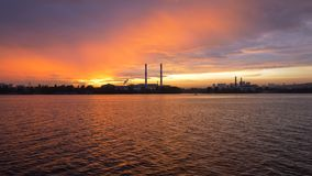 Widok wieczór miasto od statku na rzece w tle zmierzch Sylwetka wielkie drymby zdjęcie wideo