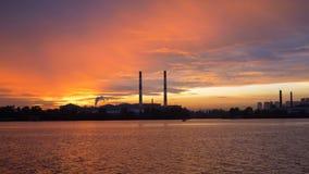 Widok wieczór miasto od statku na rzece w tle zmierzch Sylwetka wielkie drymby zbiory wideo