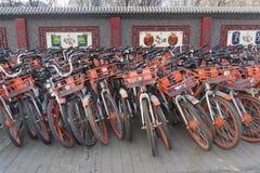 Widok wielka grupa wynajem jechać na rowerze w Pekin zdjęcia stock