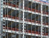 Widok wielki budynku rozwój w budowie z stalową strukturą i stropnicami wspiera metal podłogi z bezpieczeństwem f zdjęcia royalty free