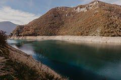 Widok wielki jar rzeczny Piva Lokacji miejsca park narodowy Durmitor, Pluzine miasteczko, Montenegro, Ba?kany, Europa Sceniczny w zdjęcia royalty free