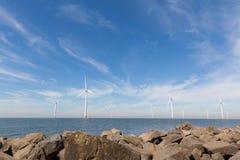 Widok windturbines w Holenderskim Noordoostpolder, Flevoland Zdjęcie Stock