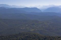 Widok wioska Hleborob i Kaukaz góry od wierza na halnym Dużym Ahun Obraz Stock