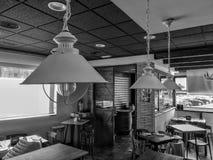 Widok wnętrze czarny i biały kawiarnia zdjęcia stock
