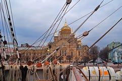 Widok wniebowzięcie kościół przy Vasilievsky wyspą przez olinowania barque Sedov na przedpolu St Petersburg, Russ Zdjęcia Stock