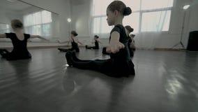 Widok wokoło Mali tancerze siedzi na podłodze, utrzymujący cieki, proste ręki na boku i zbiory wideo