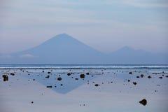 Widok wulkan Agung od Gil Trawangan w wczesnym poranku przy niskim przypływem Fotografia Stock