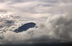 Widok wulkan Agung w chmurach bali Indonezja Zdjęcia Royalty Free