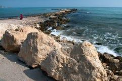 Widok wybrzeże w przybywającym morzu. Obraz Stock